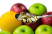 Různé vitamíny a doplňky stravy v slouží lžíce