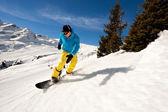 Fiatal férfi snowboard