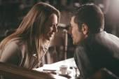 Romantisches Paar an der bar