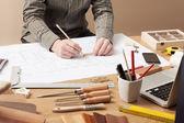 Profesionální architekt pracuje u stolu