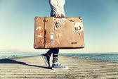 Giovane donna pronta a viaggiare con la sua valigia