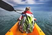 Kayaker esperti corre sullacqua nelloceano