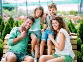 Famiglia divertendosi con in una serra