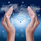 Zobrazeno wifi ikony symbol ruky na obrazovce. podnikatelský koncept