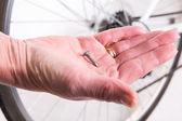 Ostré nehty v kolo jízdního kola