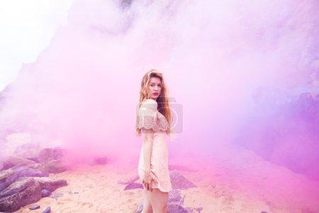 被粉红色的烟雾笼罩着的女孩