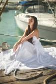 Schöne, glamouröse Frau, Mädchen sitzen am Pier in Yacht Club n