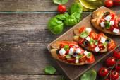 Bruschetta s rajčaty a balkánským sýrem