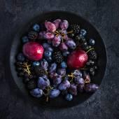Friss sötét gyümölcsök és bogyók, a fekete lemez