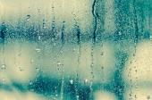 Přírodní vody klesne na skleněné okno