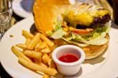 Hagyományos amerikai burger, frissen sült krumpli