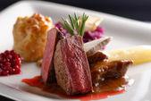 Reh Fleisch Steak mit Rotkohl