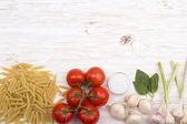 Ingredience. Rajčata, těstoviny, česnek, bazalka, žampiony a sůl