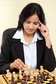Mladá žena obchodní žena hrající šachy