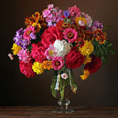 Zátiší s krásnou kytici pěstovaných květin