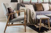 Moderní dřevěné křeslo s polštářem v obývacím pokoji