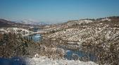 Zimní zasněžené krajiny s jezerem Plastira, Fesalia, Řecko