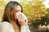 Dívka s alergií v podzimním parku