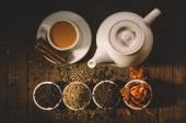 Teekanne und Tasse heißen Tee