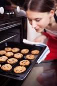 Mladá žena vaření cookie