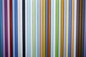 Pestrobarevné kovové tyče