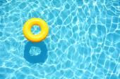 Žlutá bazénu plave v bazénu