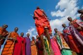 Masajští bojovníci tradiční skoky