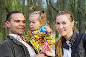 Glückliche Eltern mit Tochter im freien