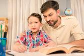 Mladý otec učil malého syna, jak psát