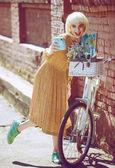 Hipster malíř. Módní blonďatá žena s retro bílé kolo pouliční styl venkovní portrét