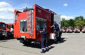 Sofia, Bulgária - 2015. június 9.: Új tűzoltókocsik jelennek meg a tűzoltók