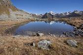 Alpské jezero v italských Alpách; je to pozdní podzim, bez lidí a okolí