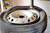 Closeup von alten Rad mit schmutzigen Reifen in der Garage gebrochen