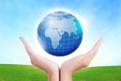 Ženské ruce zachránit prostředí udržet ve světové modrá planeta