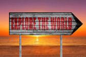 Červená prozkoumat svět dřevěných podepsat na pláži pozadí