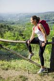 Schöne Wanderer Frau genießen die Aussicht