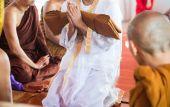 Detail na nově vysvěcen buddhistický mnich modlit se s knězem proces