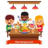 Bambini avendo la cena presso lasilo della casa. Bambini mangiare e sorridente. Piatto stile fumetto illustrazione vettoriale isolato su sfondo bianco