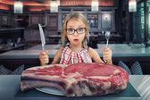 Lány előtt steak kést és a villát