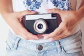 Retro fotoaparát v rukou