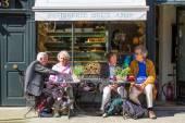 Starší páry na francouzské cukrárny