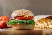 Hamburger di manzo americano con formaggio e patate fritte