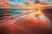 Západ slunce nad oceánem pláži pobřeží