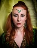 Közelkép a gyönyörű nő öltözve, keleti stílusú keleti minták a kéz és az arc