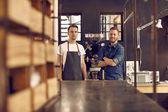 Muži v prostoru kávová zrna pečeně