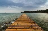 Dřevěné molo na pláži