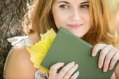 Mädchen-Holding-Buch