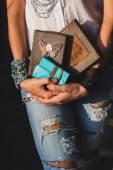 Žena hospodářství notebooky v rukou