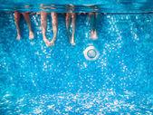 Dětské a dospělé nohy pod vodou