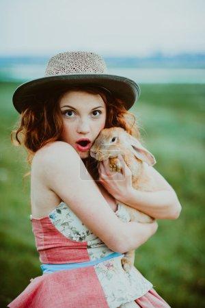 一只兔子在户外的女孩